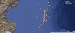 Una imagen satelital muestra la gran concentración de barcos sobre el límite de la Zona Económica Exclusiva de la Argentina. Son cientos los que aprovechan la falta de regulaciones para extraer gigantescas cantidades de pescados y mariscos en forma furtiva. Crédito: Cortesía de Milko Schvartzman