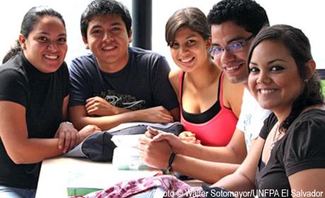 El Salvador, con bajos ingresos promedio y la mitad de su población con menos de 25 años, tiene una alta inequidad social y de género, que se expresa, entre otros hechos, en la draconiana penalización del aborto. Crédito: UNFPA