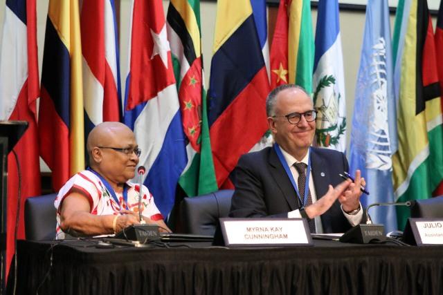 Mirna Cunningham, presidenta del Fondo para el Desarrollo de los Pueblos Indígenas de América Latina y el Caribe, y Julio Berdegué, representnte regional de la FAO), durante la Conferencia Regional de este organismo en Montego Bay, en Jamaica. Crédito: FAO
