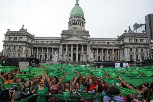 Miles de mujeres se manifestaron el 19 de febrero con pañuelos verdes frente al Congreso Nacional legislativo en la capital argentina, para reclamar que se debata una ley de despenalización del aborto, lo que fue habilitado por el presidente Mauricio Macri tres días más tarde. Crédito: Campaña Nacional por el Derecho al Aborto Legal, Seguro y Gratuito