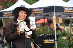 La aymara Adelaida Marca vende exitosamente en las sucesivas Expo Mundo Rural, en Santiago, su apetecido orégano premium, de fragancia especial, producido en terrazas en Socoroma, su pueblo en el altiplano del norte de Chile. Crédito: Indap