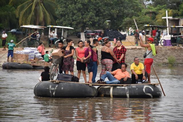Cientos de migrantes cruzan diariamente el río Suchiate, que marca la frontera occidental entre Guatemala y México, en improvisados transbordadores. Algunos cruzan para comerciar o trabajar durante el día en territorio mexicano, otros buscando un destino más al norte. Crédito: OIM
