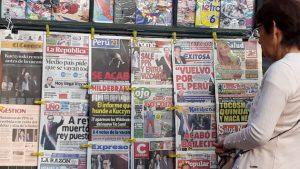 """""""Medio país quieren que se vayan todos"""", reza el título de La República, entre todos los demás periódicos cuyas ediciones se centraron este jueves 22 de marzo en Perú en la renuncia a la presidencia de Pedro Pablo Kuczynski, que sume al país en una crisis institucional. Crédito Mariela Jara/IPS"""