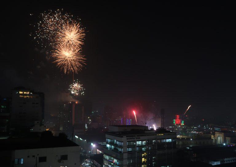 Espectáculo de luces láser y fuegos artificiales en el estadio Nacional Bangabandhu, en el centro de Daca, el 22 de marzo de 2018, en el marco de las celebraciones por la graduación de Bangladesh a país en desarrollo. Crédito: A.Z.M. Anas/IPS