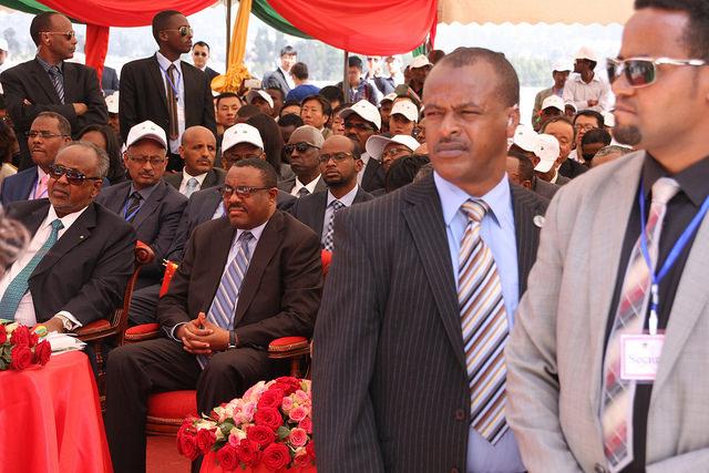 El primer ministro Hailemariam Desalegn (con las manos entelazadas en la falda) participa en la apertura en 2016 de la nueva vía férrea que une Ababa y Djibouti. Crédito: James Jeffrey/IPS.