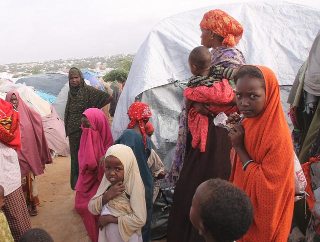 Casi 400.000 personas con hambre, que huyeron a Mogadiscio en busca de ayuda en lo peor de la hambruna, todavía residen en uno de los campamentos de refugiados a las afueras de la capital de Somalia. Crédito: Abdurrahman Warsameh/IPS.