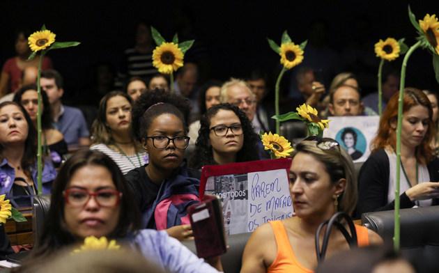 Un grupo de mujeres con girasoles en sus manos participan en la sesión de homenaje que la Cámara de Diputados de Brasil rindió en la capital a la concejala Marielle Franco, asesinada el 14 de marzo junto con su chófer cuando se desplazaba en un automóvil por una calle de Río de Janeiro. Crédito: Lula Marques/Fotos Públicas