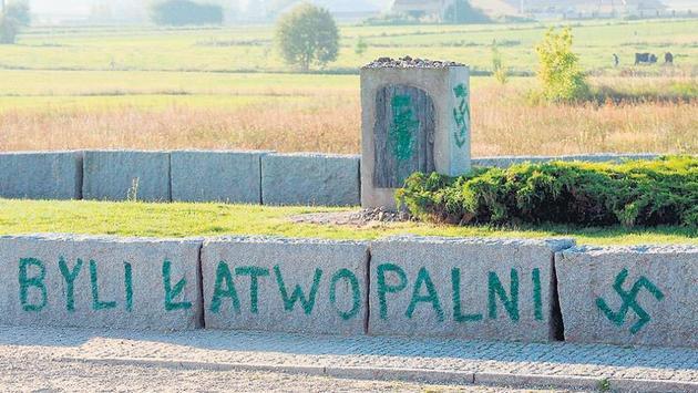 El monumento en memoria de la masacre de Jedwabne, vandalizado con inscripciones nazis. En 1941, en ese pueblo de la Polonia ocupada por los nazis, fueron masacrados 1.500 judíos por sus vecinos. Crédito: Gentileza Página 12
