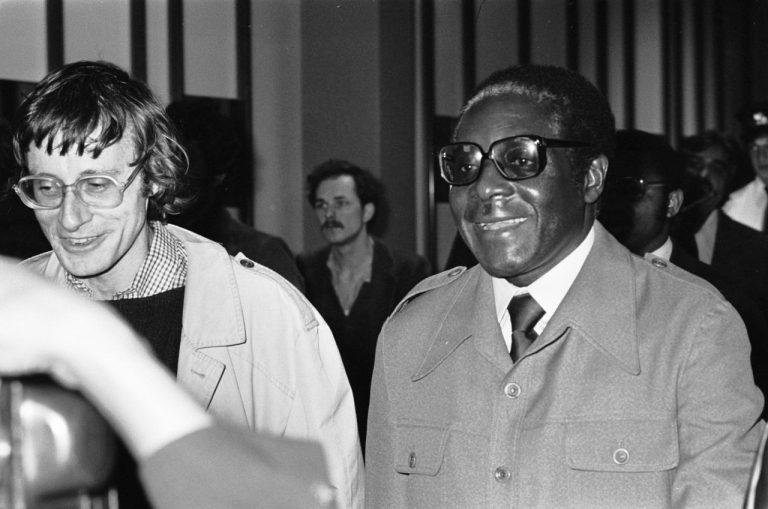 """El expresidente de Zimbabwe, Robert Mugabe, en 1979. Desde principios de 1983 a fines de 1987, el Ejército Nacional de Zimbabwe llevó a cabo una serie de masacre de civiles ndebele llamada Gukurahundi. En shona se refiere a las """"primeras lluvias que se llevan la paja antes de las lluvias primaverales"""". Crédito: Koen Suyk/Anefo."""