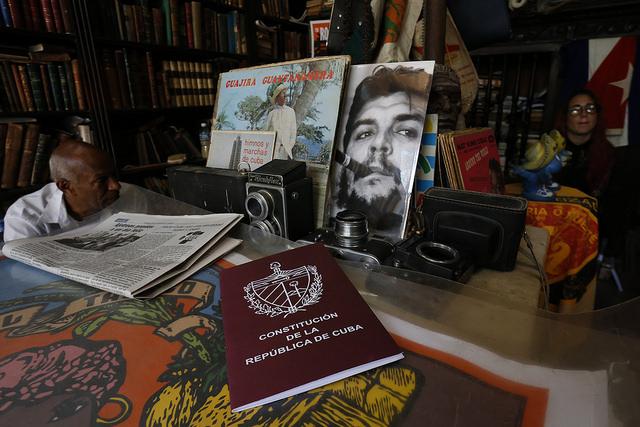 Un ejemplar de la Constitución de Cuba, a la venta en un local gestionado por trabajadores por cuenta propia (privados), dedicado a la venta de libros y objetos antiguos en el casco histórico de La Habana Vieja, en la capital de Cuba. Crédito: Jorge Luis Baños/IPS