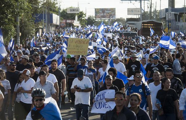 Decenas de miles de nicaragüenses se manifestaron el 23 de abril por las calles de Managua en rechazo al gobierno de Daniel Ortega y la represión policial. Dos marchas, una convocada por la cúpula empresarial, convergieron para concluir en las inmediaciones de la Universidad Politécnica, donde estudiantes resisten acciones policiales contra la institución. Crédito: Jader Flores/IPS
