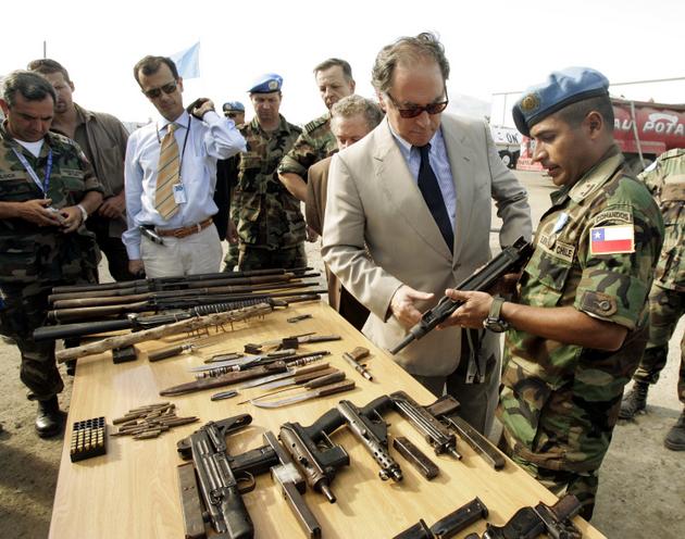 Juan Gabriel Valdes, primer jefe de la Minustah, examina en la localidad de Cap Haitien armamento de uno de los contingentes de paz de las Naciones Unidas en Haití. Crédito: Minustah