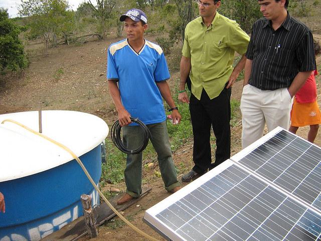 Paneles solares para abastecer de energía a bombas de agua, la generación distribuida se abre camino en Brasil.