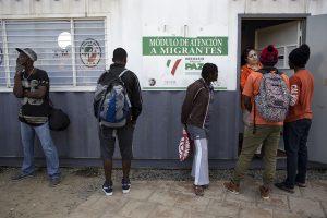 Un grupo de migrantes haitianos realiza consultas en el Módulo de Atención del gubernamental Instituto Nacional de Migración de México, instalado al lado de la garita del Chaparral, un concurrido cruce fronterizo hacia Estados Unidos en la ciudad noroccidental de Tijuana. Crédito: Guillermo Arias/IPS