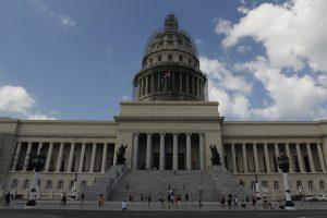 Vista exterior del Capitolio, el edificio parcialmente restaurado, que ya acoge en el ala norte parte de las actividades del parlamento cubano y está situado en el centro histórico de La Habana Vieja. Crédito: Jorge Luis Baños/IPS