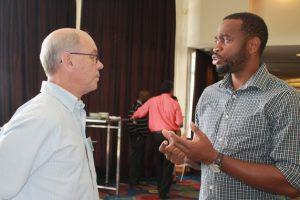 El especialista en desarrollo de proyecto del Centro para el Cambio Climático de la Comunidad del Caribe (5C), Donneil Cain (derecha), conversa con Adrian Cashman, de la Univervsidad de las Indias Occidentales. Crédito: Zadie Neufville/IPS.