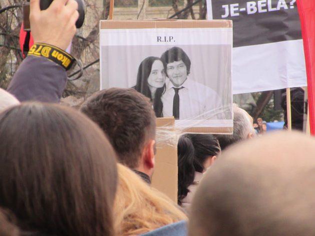 En Eslovaquia, un manifestante sostiene una pancarta con la foto del periodista asesinado Jan Kuciak y su novia Martina Kusnirova. Cientos de miles de personas protestaron en las semanas que siguieron a su muerte, en febrero de 2018, lo que derivó en la renuncia del primer ministro Robert Fico. Crédito: Ed Holt/IPS.