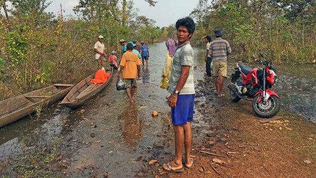 La aldea de Kbal Romeas, en Camboya, poco a poco desaparece bajo el creciente nivel del agua del lago de la represa de Bajo Sesan II. Crédito: Pascal Laureyn/IPS