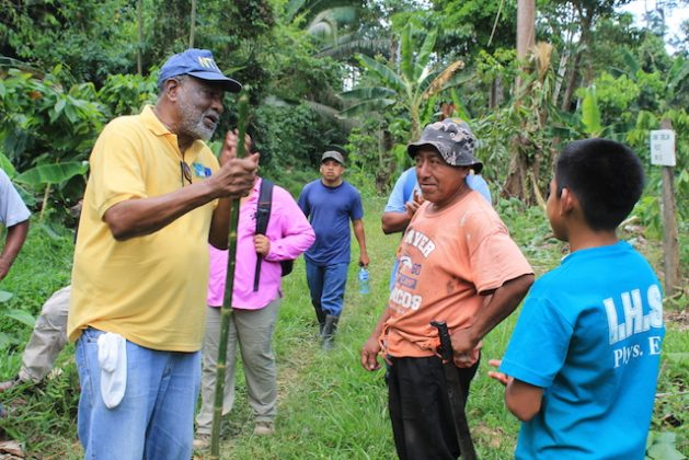 El subdirector del Centro para el Cambio Climático de la Comunidad del Caribe, Ultic Trotz (izq), conversando con agricultores en un proyecto agroforestal único en Belice, uno de los muchos que impulsa para mejorar la resiliencia de la región al impacto del cambio climático. Crédito: Zadie Neufville/IPS.