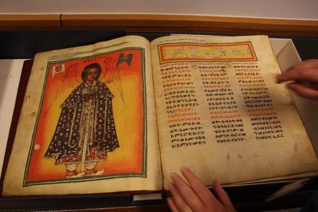 Un manuscrito de Magdala, Etiopía, en posesión de la Biblioteca Británica. Crédito: James Jeffrey/IPS.