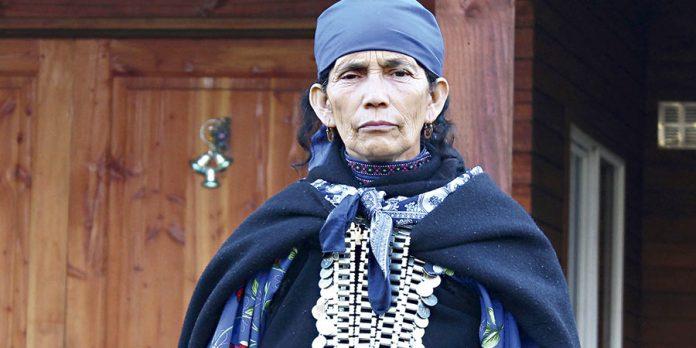 Francisca Linconao, la machi (autoridad tradicional) mapuche de Temuco, en el sur de Chile, sometida a un perverso proceso judicial. Crédito: PaisMapuche