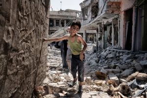 Civiles abandonan la ciudad iraquí de Mosul, . Este niño caerá exhausto después de la fotografía. Crédito: Herve Jakubowicz.