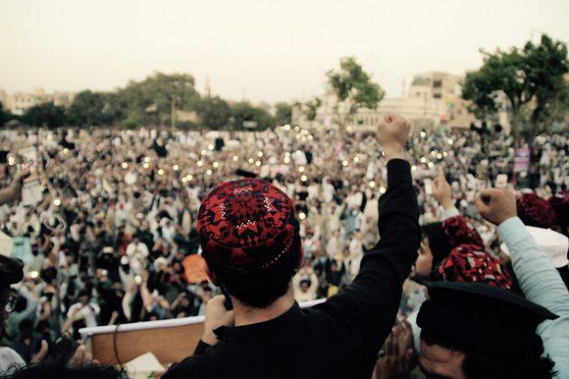 Manzur Pashtin, líder del movimiento pastún Tahafuz, se dirige a la multitud en Lahore, el 22 de abril de 2018. Crédito: Khalid Mahmood/IPS.