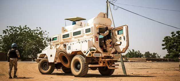 Efectivos de la Misión Multidimensional Integrada de Estabilización de las Naciones Unidas en Malí patrullan la aldea de Bara, en el noreste del país, uno de los destinos más peligrosos. Crédito: Harandane Dicko/UN Photo.