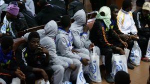 Emigrantes recién retornados a Senegal reciben asistencia al llegar a su país. Crédito: Lucas Chandellier/OIM