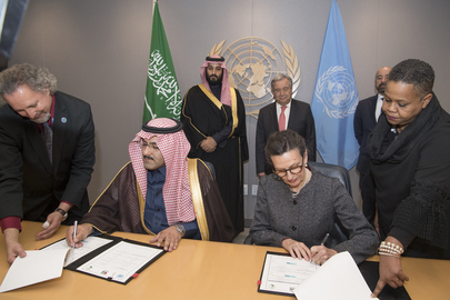 El príncipe heredero de Arabia Saudita, Mohammed bin Salman Al Saud (segundo de la izquierda) firma el Memorando de Contribución Económica Voluntaria, suscrito por su país y la Organización de las Naciones Unidas en 2018 para colaborar con el Plan de Respuesta Humanitaria para Yemen. Crédito: Eskinder Debebe/UN Photo.