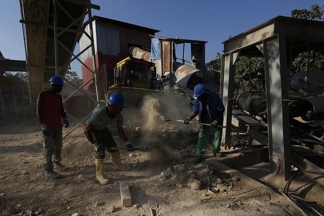 Un grupo de obreros trabaja en la Planta de Reciclaje de Escombro Husillo ubicada en un barrio de la periferia de La Habana, en Cuba, donde se produce un material árido reciclado conocido localmente como aresco. Crédito: Jorge Luis Baños/IPS