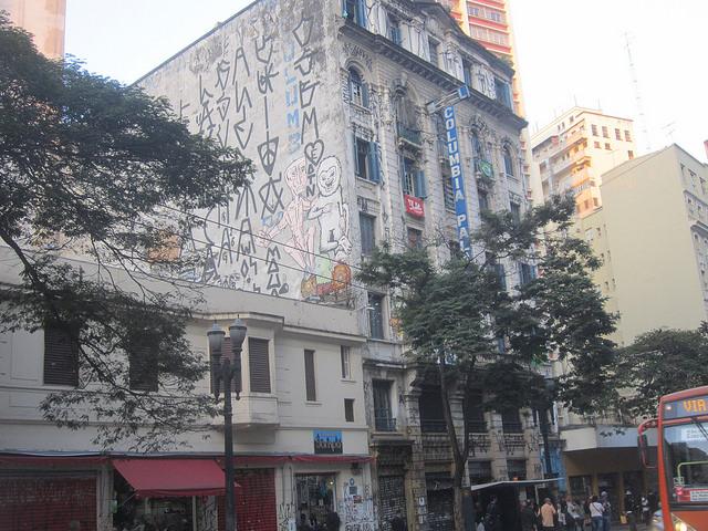 El edificio del antiguo Hotel Columbia Palace, en una céntrica avenida de São Paulo, reconvertido en 2010 en la vivienda de 77 familias en situación de pobreza, la mayoría encabezadas por mujeres. En Brasil crece en movimiento por el derecho a la ciudad de familias sin recursos, mediante la ocupación de edificios ociosos en el centro urbano y con buen acceso a servicios públicos. Crédito: Mario Osava/IPS