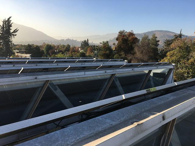 Paneles solares que abastecen a una tienda de electrodomésticos. Avanza el debate sobre la generación distribuida en Chile.