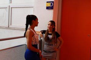 Yilian Palacios (izda), de 16 años, y Dorys Isabel Norbet, de 14 años, en un descanso del taller de salsa en el salón de danza de a+ Espacios Adolescentes, que se ha convertido en un centro de referencia para ese grupo poblacional en La Habana Vieja, el histórico y turístico municipio de la capital de Cuba. Crédito: Ivet González/IPS
