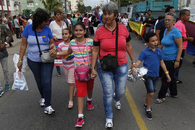 La familia de Eumnice Violeta Cardoso (izquierda), su pareja Isabel Pacheco y sus nietos participan en la Conga de la diversidad, en La Habana, en una de las actividades organizadas durante la 11 Cubana contra la Homofobia y la Transfobia, que se realiza entre el 4 y el 18 de mayo en el país. Crédito: Jorge Luis Baños/IPS