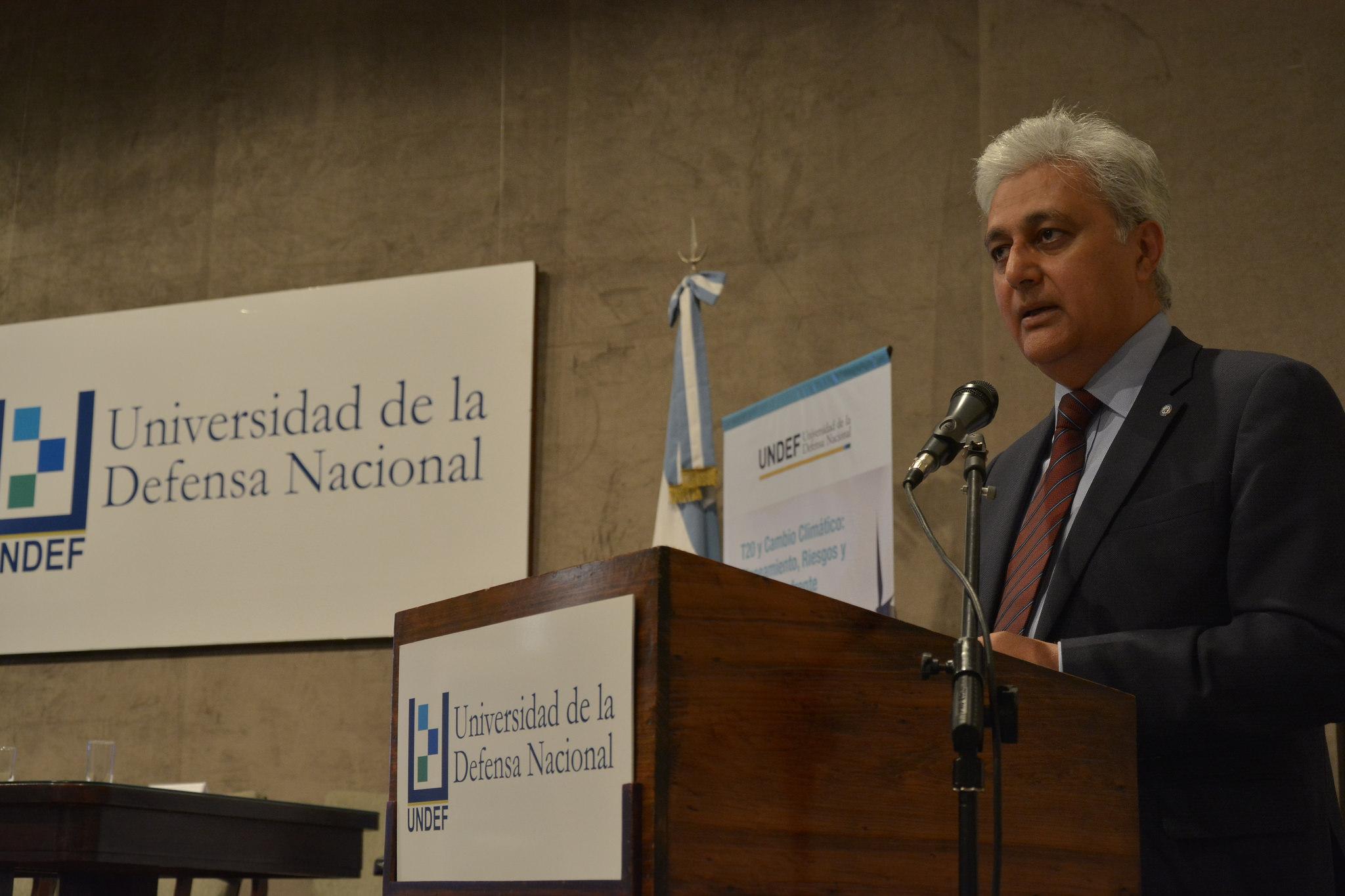 Ovais Sarmad, secretario ejecutivo adjunto de la Convención Marco de las Naciones Unidas sobre Cambio Climático, durante su conferencia en Buenos Aires.