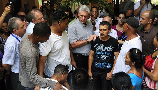 El Presidente cubano Miguel Díaz-Canel (C), mientras conversaba con familiares de las víctimas en el accidente del avión Boeing 737-200 que cubría la ruta La Habana-Holguíndurante su visita al Instituto de Medicina Legal, responsable de la identificación de los cuerpos de los 111 fallecidos. Crédito: Estudios de la Revolución/Cubadebate