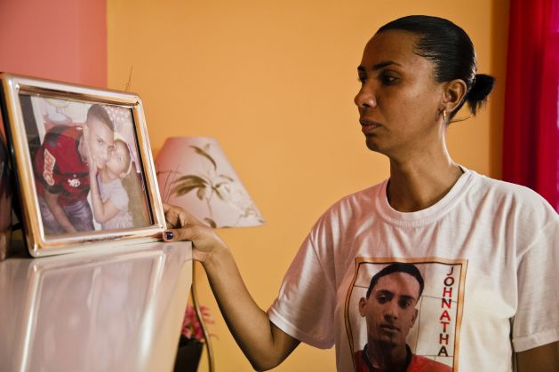 Ana Paula Gomes de Oliveira, ante un retrato de su hijo, Johnatha Oliveira Lima. Crédito: Amnistía Internacional