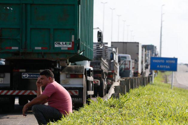 Un camionero descansa mientras participa en el bloqueo de decenas de vehículos de carga de la Vía Dutra, la principal carretera de Brasil, que une Río de Janeiro y São Paulo. La huelga de camiones iniciada el 21 de mayo, proseguía el viernes 25 pese a las amenazas de represión policial y los acuerdos alcanzados con el gobierno por algunos de sus dirigentes. Crédito: Tânia Rêgo/Agência Brasil