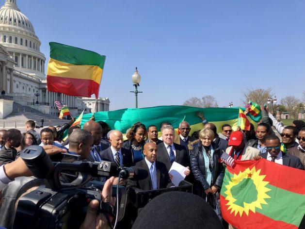 Tewodrose Tirfe, presidente de la Asociación Amhara de Estados Unidos, realiza declaraciones a la prensa en abril de 2018 tras la aprobación de la resolución 128 por la Cámara de Representantes. Detrás de él, a su derecha, está el legislador Chris Smith, y detrás de él, a su derecha, el legislador Mike Coffman. Crédito: Cortesía de Tewodrose Tirfe y la oficina del representante Mike Coffman.