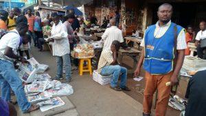 Vendedores levantan diarios de un centro de distribución en Acra, Ghana. Crédito: Kwaku Botwe/IPS.