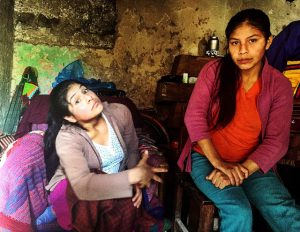 Carmen Rosa (izquierda) y María Elena en su pequeña vivienda en Cajamarca, Perú. Crédito: Andrea Vale/IPS
