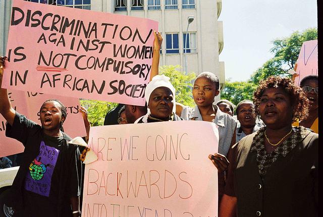 Mujeres activistas de Zimbabwe reclaman desde hace tiempo una justa participación en la toma de decisiones. Crédito: Mercedes Sayagues/IPS.