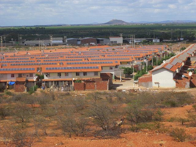 Proyecto de generación distribuida en viviendas sociales de Brasil.