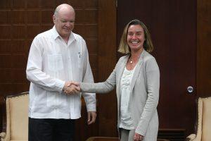 Federica Mogherini, alta representante para Asuntos Exteriores y Política de Seguridad de la Unión Europea, se da la mano con Rodrigo Malmierca , ministro de Comercio Exterior y la Inversión Extranjera de Cuba, en un encuentro en La Habana en enero de este año. Crédito: Jorge Luis Baños/IPS