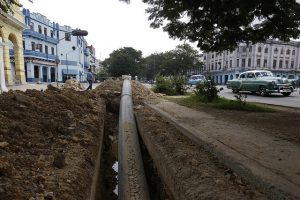 Una tubería de polietileno de alta densidad a medio instalar en una céntrica avenida del municipio de Centro Habana, que va a integrar las nuevas redes hidráulicas de suministro de agua potable para los residentes de la capital de Cuba. Crédito: Jorge Luis Baños/IPS