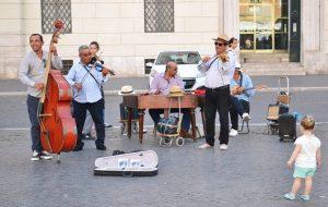 Colosseo band es una banda de músicos callejeros inmigrantes que actúa en Roma desde hace años. Crédito: Maged Srour/IPS.