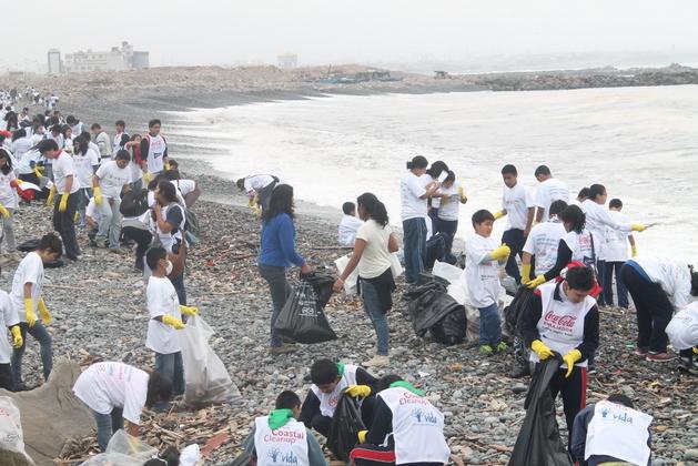 Voluntarios del peruano Instituto para la Protección del Medio Ambiente Vida limpian la basura devuelta por el mar en la costa cercana a Lima. La mitad de las 6.000 toneladas de basura acuática recogida por esta organización desde 1998, con apoyo de 200.000 voluntarios, son plásticos desechables. Crédito: Cortesía de Vida