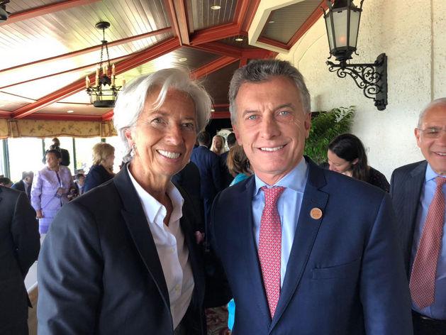 La directora gerente del FMI, Christine Lagarde, y el presidente de Argentina, Mauricio Macri, se encontraron el 9 de junio en Canadá, durante la cumbre del Grupo de los Siete, en que el mandatario argentino asistió como invitado. Crédito: Presidencia de Argentina