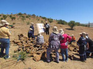 Unos campesinos son capacitados en el manejo sostenible de la tierra en la región de Coquimbo, en el norte de Chile, colindante con Atacama, donde se encuentra el desierto más árido del planeta. Iniciativas como esta son parte de las medidas para luchar contra la degradación de los suelos en América Latina. Crédito: CONAF
